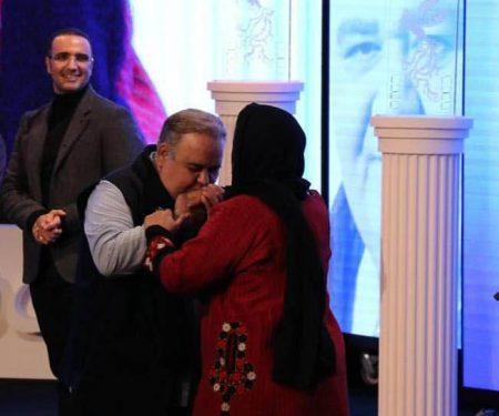 بوسه اکبر عبدی بر دستان همسرش در جشنواره فجر 96