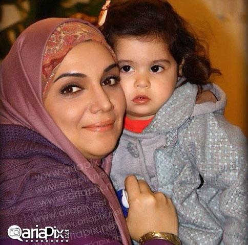 عکس / روژین نقوتی نژاد بازیگر خردسال نقش ماهور سریال هفت سنگ در آغوش الهام پاوه نژاد