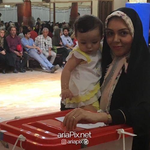 آزاده نامداری با دخترش در حال رای دادن