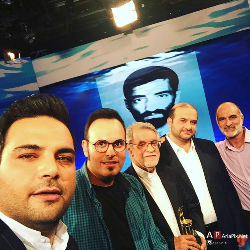 سلفی احسان علیخانی با کارگردان ایستاده در غبار