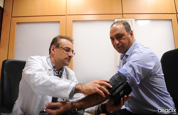 اهدای خون حامد بهداد و حمید فرخ نژاد زلزله زدگان آذربایجان
