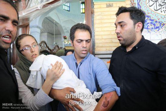 پدر و مادر بنیتا در مراسم تشییع دخترشان