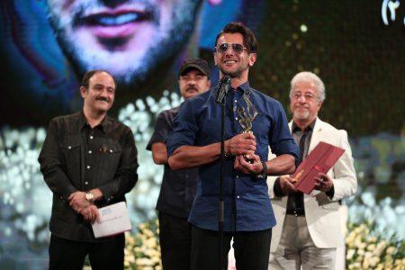 امین حیایی در جشن حافظ 98 برنده جایزه بهترین بازیگر مرد