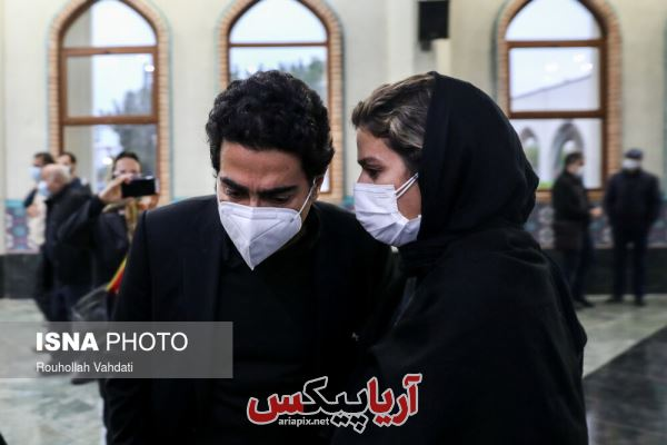 سحر دولتشاهی در کنار همایون شجریان پسر استاد شجریان در مراسم تشییع پدرش