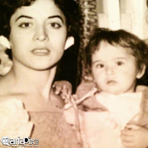 آزیتا حاجیان در آغوش مادرش