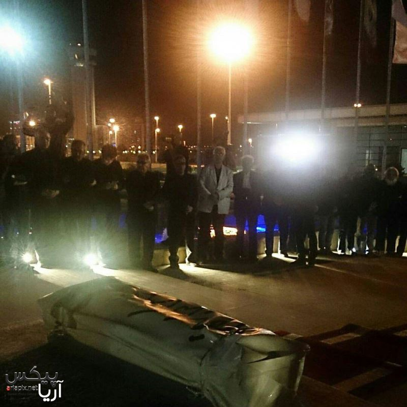 حضور بازیگران سینما و هنرمندان در فرودگاه استقبال از ورود پیکر عباس کیارستمی