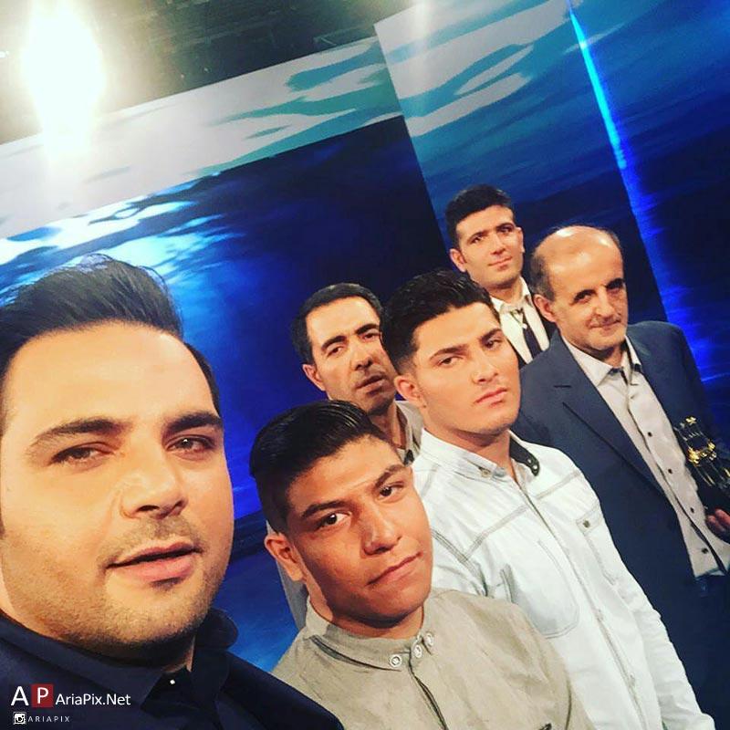 سلفی احسان علیخانی با بچه های زندانی
