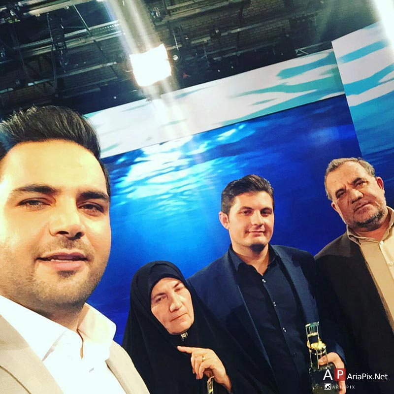 سلفی احسان علیخانی با خانواده نخبه جوان